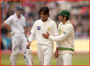 Captain Salman Butt talks to bowler Mohammad Amir.